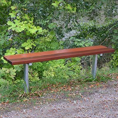 Bænk uden ryg til nedstøbning med mahogni eller plastplanker