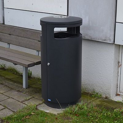 Overdækket udendørs affaldsbeholder med sideindkast og askebæger
