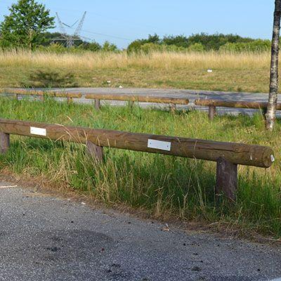 Sadelstolpe i brun genbrugsplast til fodhegn