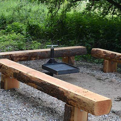 Fast eller flytbar bålbænk i træ til bålsted