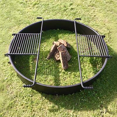 Stort bålsted med solid jernring og 2 grillriste
