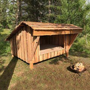 Shelter i lærketræ til overnatning i det fri