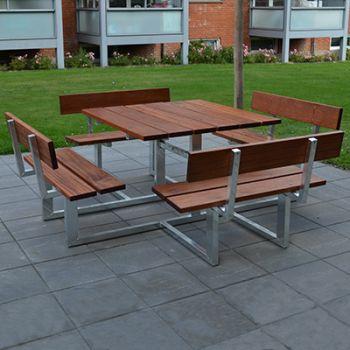 Boligforening på Sjælland - kvadratisk bordbænkesæt med mahogni planker