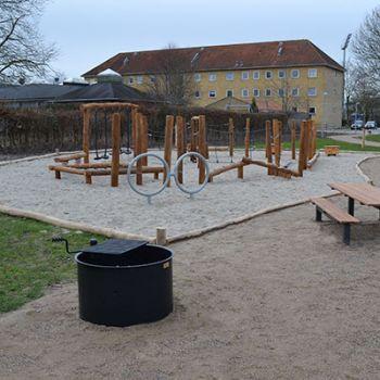 Offentlig park i Odense - bålplads med svingbar grillrist